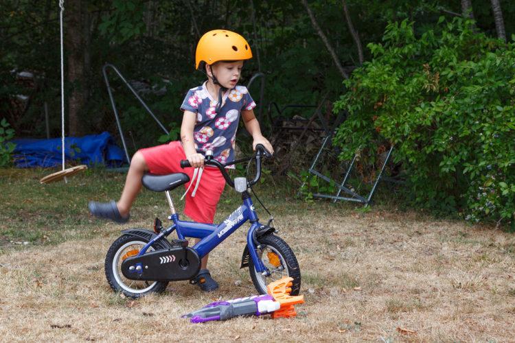Robin lär sig att cykla utan stödhjul, han lärde sig på fem minuter